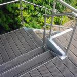 gbaa002 Balkon verzinkt, Geländer aus Edelstahl mit Glasfüllelementen und WPC Dielen - Außenanlagen