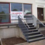 gbaa016 Verzinktes Stahlgeländer gestrichen mit Edelstahlhandlauf - Außenanlagen