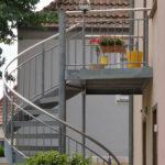 gbaa020 Wendeltreppe aus verzinktem Stahl mit Edelstahlhandlauf und WPC Stufen - Außenanlagen