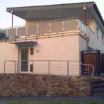 gbaa022 Edelstahlaußengeländer mit Glasfüllelementen in grau, Geländer und Vordach aus Edelstahl - Außenanlagen