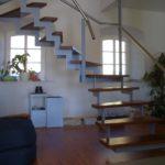 gbia004 Freihängende Treppe aus Stahl, Treppenstufen aus Eiche, Edelstahlgeländer - Innenanlagen