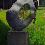 gbme004 Edelstahl Skulptur auf Stein - Metallgestaltung