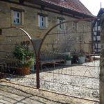 gbto005 Rostiges Hoftor mit Verzierungen - Tore, Türen & Zäune